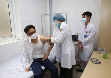 Phó Thủ tướng Vũ Đức Đam tiêm thử nghiệm vắc xin COVID-19 do Việt Nam sản xuất