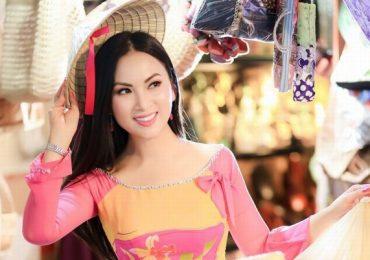 Ca sĩ Hà Phương tiếp tục tặng hàng trăm tấn nhu yếu phẩm